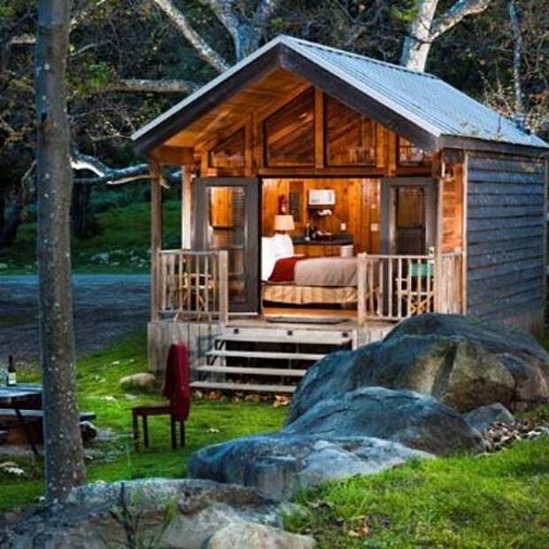 маленький дачный домик из подручных материалов