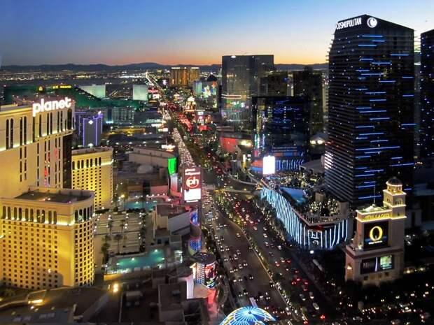 6 место. Лас-Вегас Стрип — это часть бульвара Лас-Вегас длиной около 6,8 километров. На Лас-Вегас Стрип находятся девятнадцать из двадцати пяти самых крупных отелей в мире по количеству номеров. Лас-Вегас Стрип ежегодно посещают 30,5 миллионов человек.