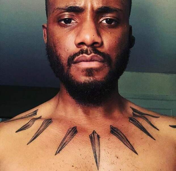 чернокожий парень с тату на груди