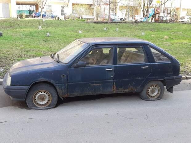 Жители обсуждают покрывшийся ржавчиной автомобиль на Бестужевых
