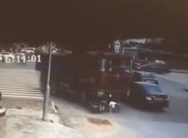 Женщина на скутере попала под грузовик… и не пострадала!