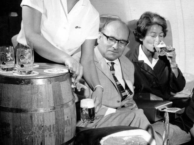 Бочковое пиво в самолётах Lufthansa. 1960-е
