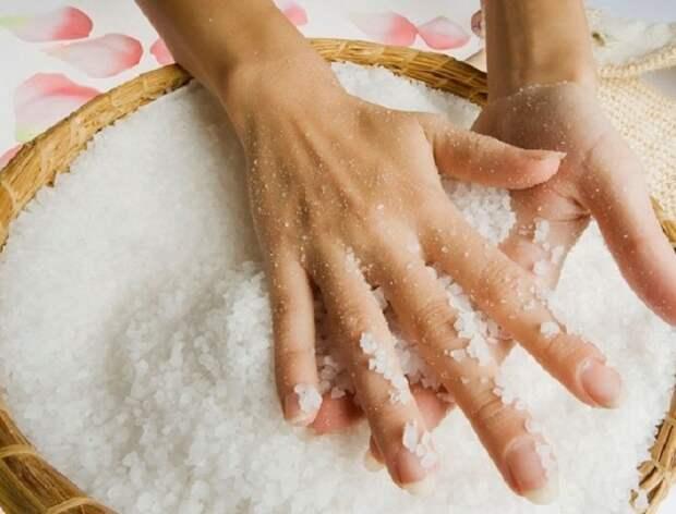 Избавиться от чесночного запаха поможет соль. / Фото: svekrovi.net