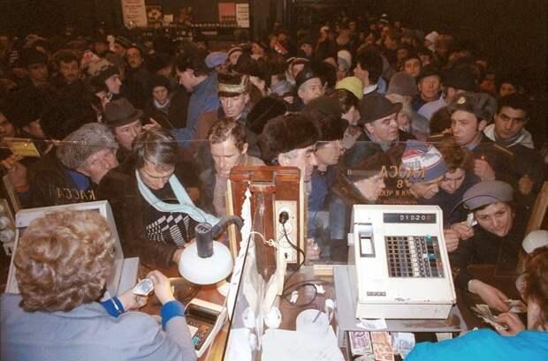 1990 год. Шеститысячная очередь выстроилась перед дверями Елисеевского магазина в надежде купить спиртное.jpg