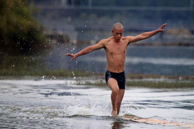 Шаолиньский монах пробежал 125 метров по воде