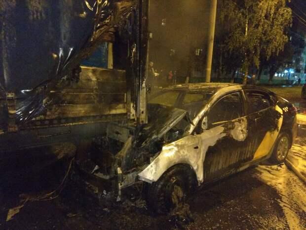 Такси загорелось после ДТП в Ижевске