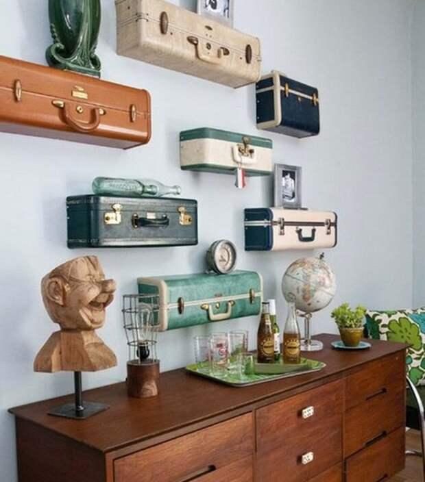 Декор комнаты подвесными полками из чемоданов