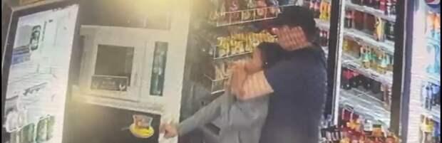 В Актау мужчина напал на продавца магазина