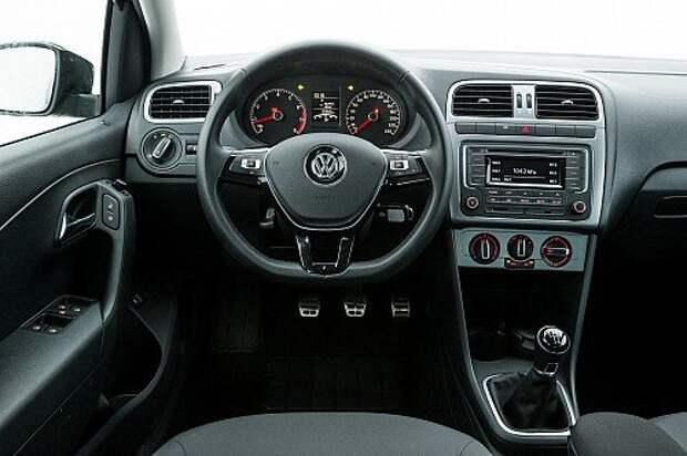 На мультифункциональном руле – кожа. На передней части центральной консоли появился декор «матовый хром». Мультимедиасистема поддерживает Bluetooth. В богатых комплектациях предусмотрена и поддержка системы MirrorLink. Салон же принципиально не изменился.
