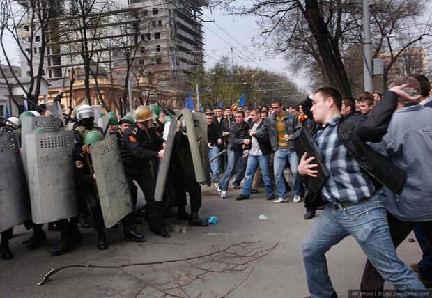 Беспорядки в Кишиневе: митингующие пытались прорваться в парламент, но были остановлены полицией