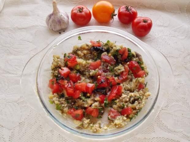Заправляем баклажан зеленью, томатом и растительным маслом
