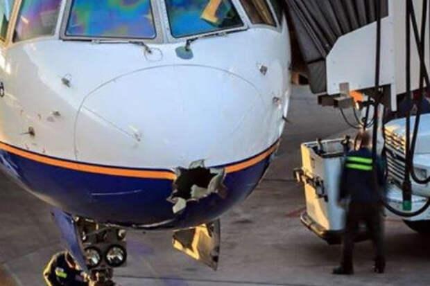 Молния пробила дыру в летевшем в США самолете