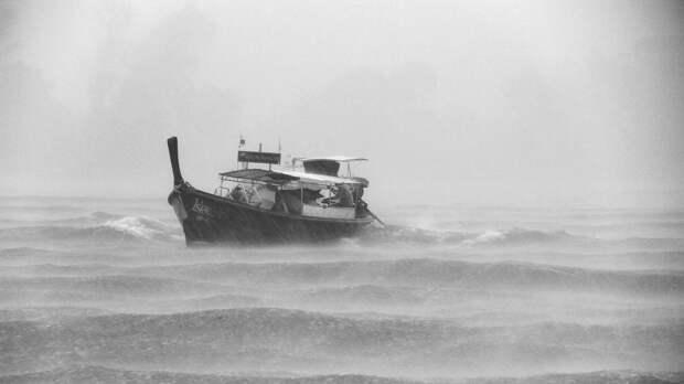 В Охотском море горит траулер с 80 рыбаками на борту