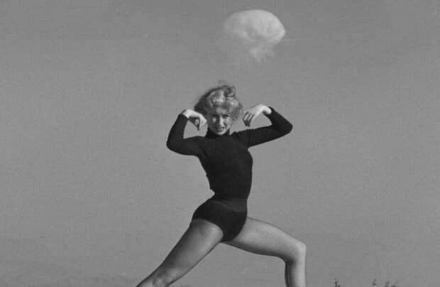 Фото дня: танцовщица на фоне ядерных испытаний