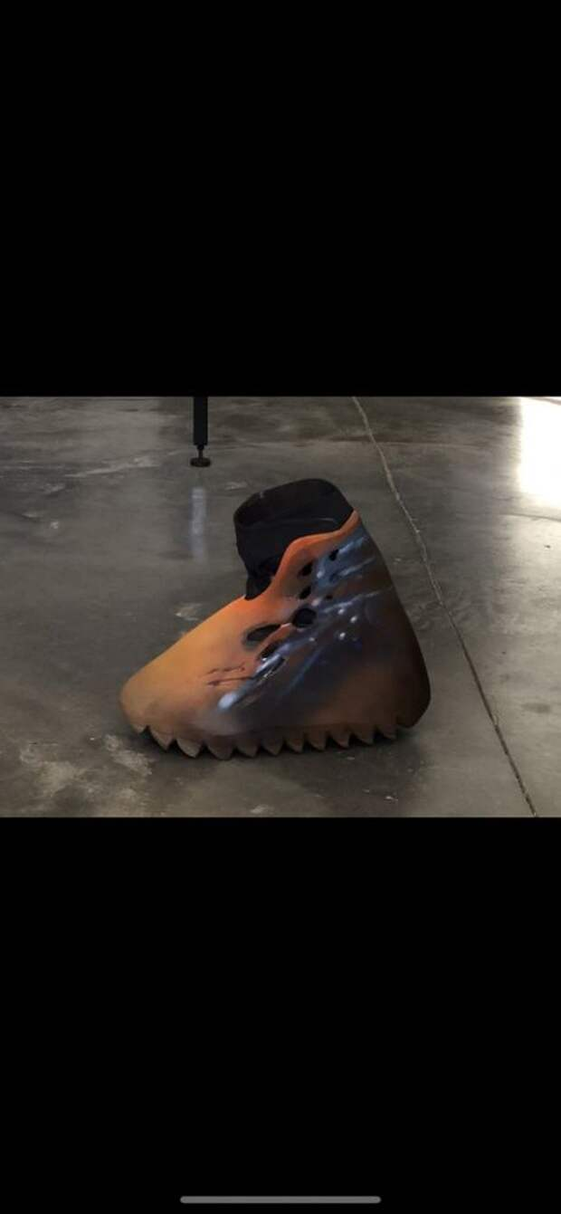 Канье Уэст выложил новый дизайн кроссовок с эффектом бахил