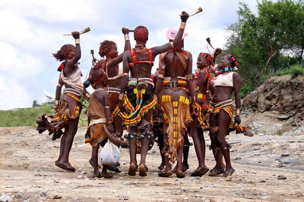Ритуальный танец племени Хамар вокруг света, путешествия, фотография