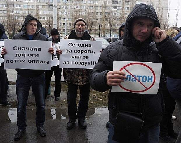 Truck drivers protest outside Platon ETC system office in Volgograd