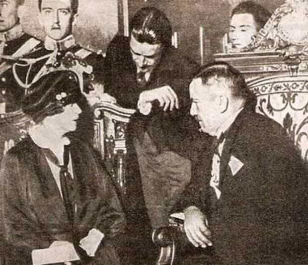 Александра Коллонтай встречается с президентом Мексики