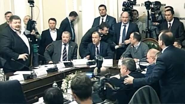 Конфликт в Раде: Мосийчук бросил бутылкой в депутата Березу