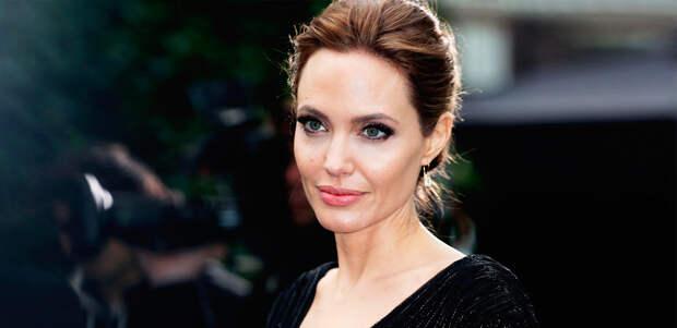 Анджелина Джоли перевела миллион долларов в благотворительный фонд