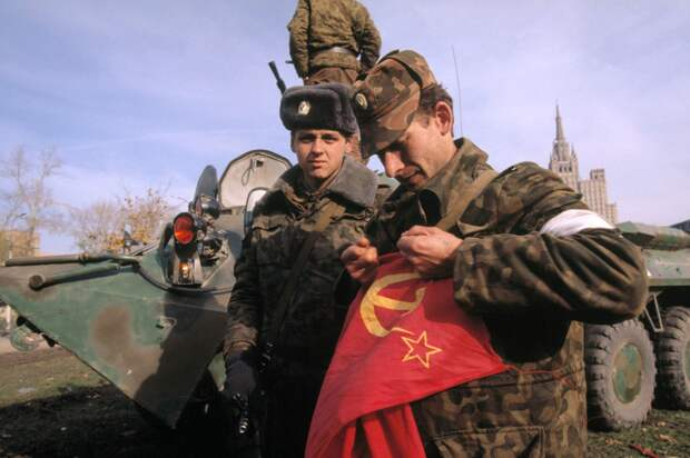 Военнослужащий разрывает флаг, 1993 год, Москва