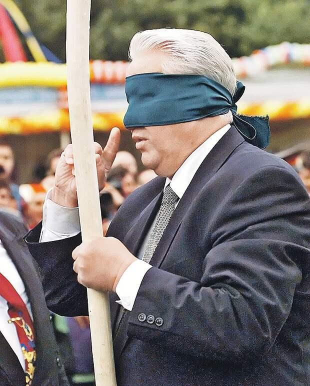 Ельцин в 1996 году на татарском празднике в Казани - перед тем как с завязанными глазами разбить палкой горшок. Фото: EAST NEWS