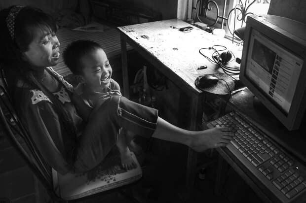 Нгует заботится о племяннике и племяннице, читает книги и даже умело пользуется компьютером  вьетнам, девушка, инвалид