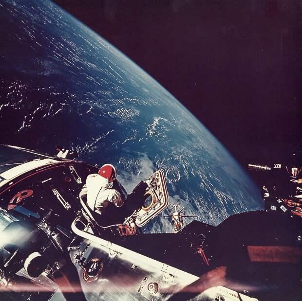 1969, 3 марта.  Туннели-лазы были наполнены кислородом. Скотт открыл люк и убедился в правильности срабатывания захватов стыковочного узла, после чего соединил электрические цепи основного и лунного модулей. На снимке Дэвид Скотт смотрит на Землю