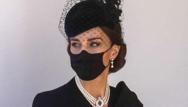 Кейт Миддлтон надела на похороны принца Филиппа жемчужное ожерелье королевы, которое носила принцесса Диана