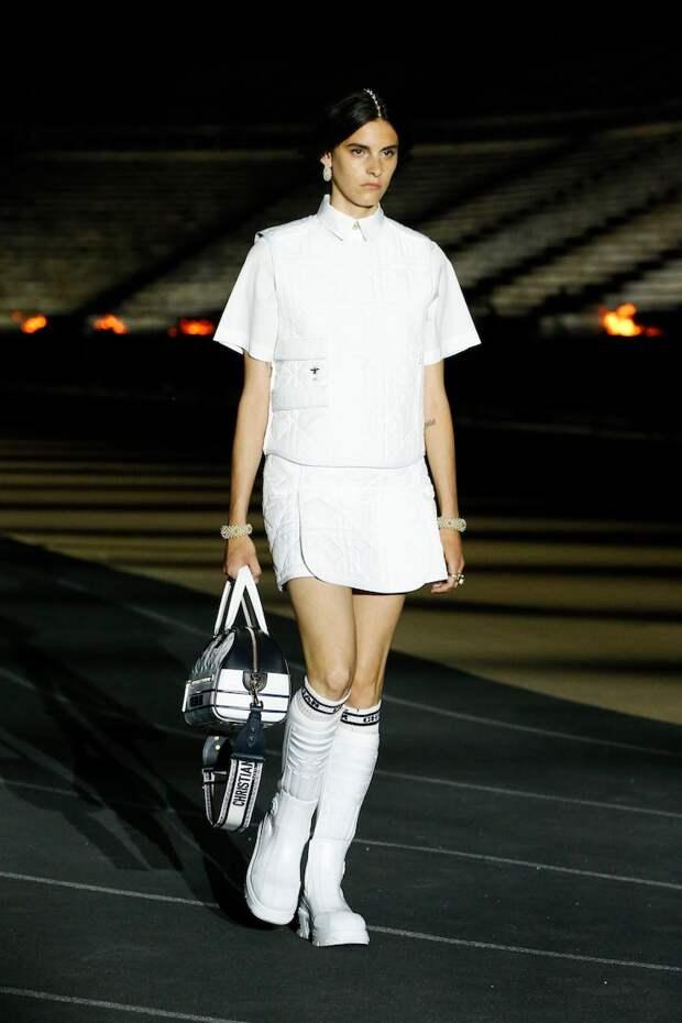 Античные богини в кроссовках, платье-лебедь Бьорк и древний стадион вместо подиума на показе Dior
