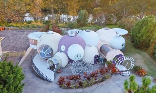 Как выглядит изнутри дом из бетонных шаров, в котором семья архитектора прожила 30 лет