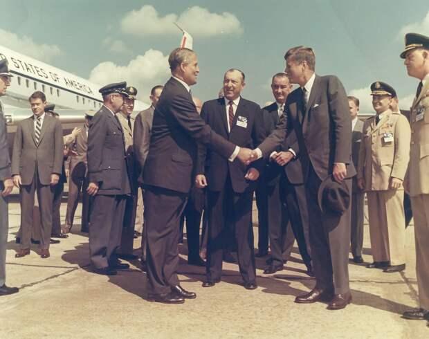 23. 1962, 11 сентября. Президент Джон Ф. Кеннеди и вице-президент Линдон Б. Джонсон посетили доктора Вернера фон Брауна в Космическом центре Маршалла и сообщили о решении послать человека на Луну