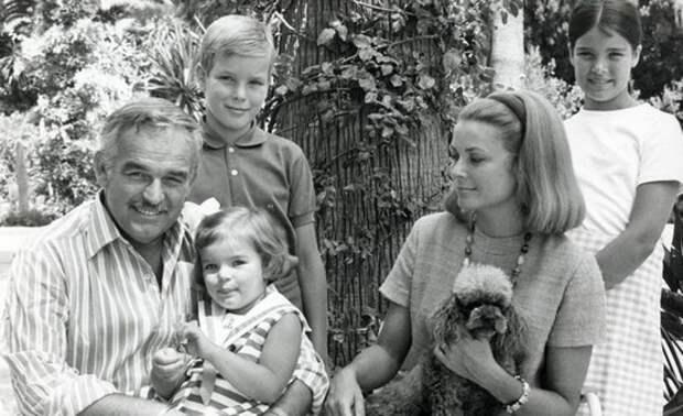 Грейс Келли и принц Ренье с детьми.jpg