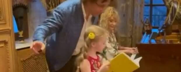 Дочь Аллы Пугачевой исполнила ее песню в честь дня рождения певицы