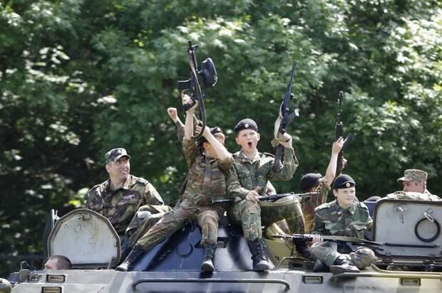 """Дети с оружием в руках: как """"воспитывают патриотов"""" в России и Америке"""
