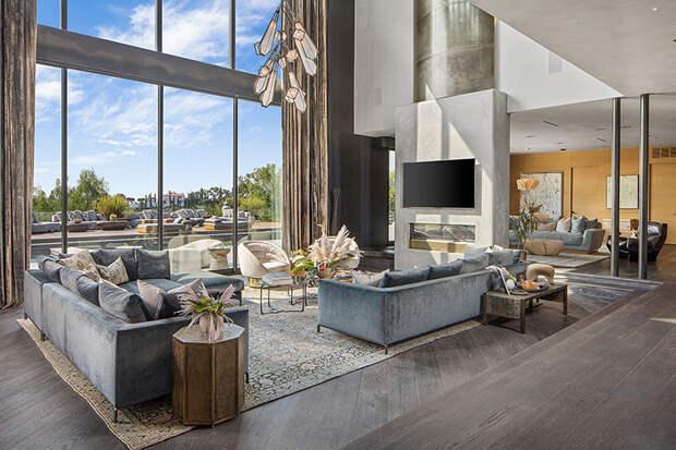 В гостях у Джона Ледженда и Крисси Тейген: экскурсия по их любимому особняку, который они решили продать из-за детей