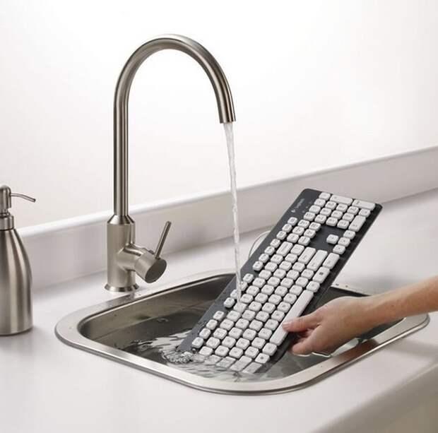 Мечта каждой хозяйки - клавиатура, которую можно мыть под струей воды.