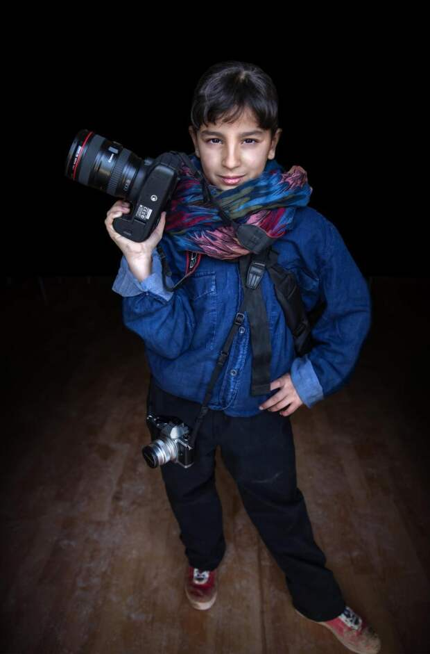 """В фотопроекте беженки примерили """"профессии мечты"""""""