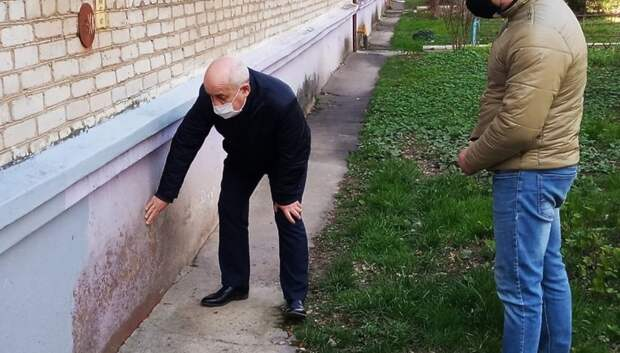 Власти Подольска организовали ремонт цоколя дома в поселке Дубровицы