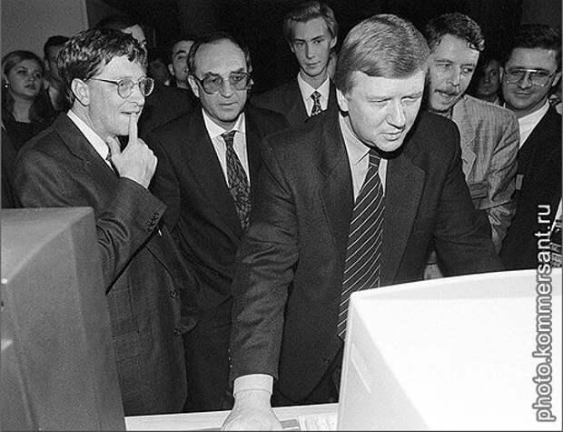 Анатолий Чубайс даёт мастер–класс Биллу Гейтсу. 11 октября 1997 г.