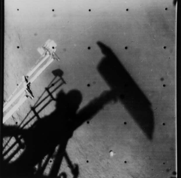 1967, апрель.«Сервейер-3» — третий спускаемый аппарат, запущенный по американской программе «Сервейер-3» и совершивший мягкую посадку на Луну. «Сервейер-3» прилунился 17 апреля 1967 года в Море Познанном. На снимке селфи  спускаемого аппарата