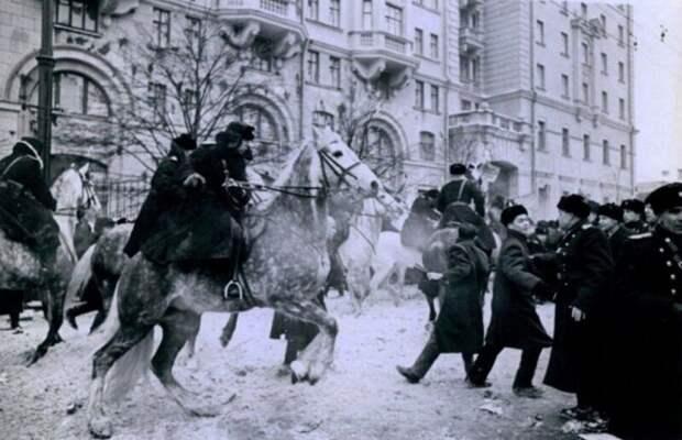 Разгон протестующих китайских и вьетнамских студентов перед зданием посольства США на Новинском бульваре, 1965: