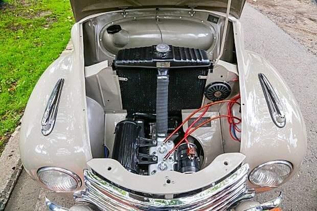 Радиатор стоит за крошечным 650‑кубовым двухцилиндровым моторчиком.