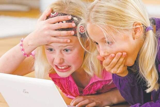 Девочки смотрят интернет
