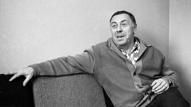 Анатолий Папанов у себя дома. 1974 год