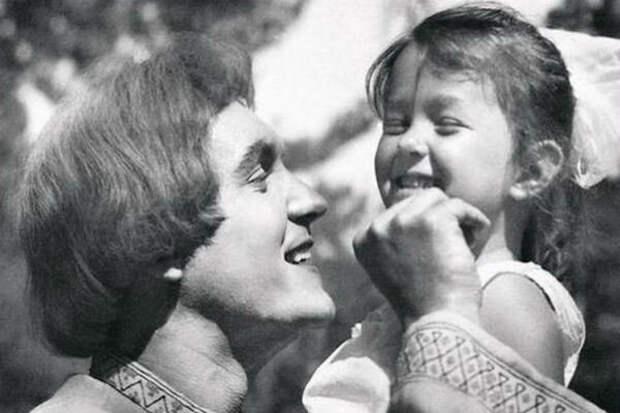 """Эдуард Изотов с дочерью Вероникой на съемках """"Морозко"""" (1964)"""