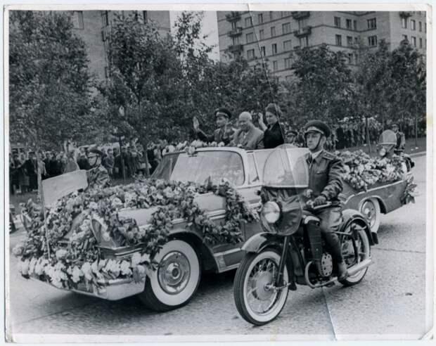 Встреча космонавтов Быковского и Терешковой после полёта.Москва,22 июня 1963 года. интересно, история, фото