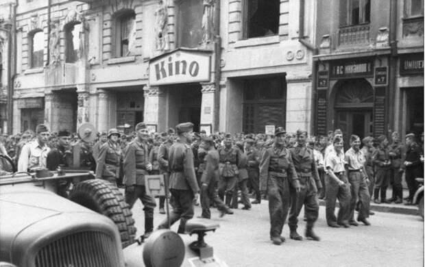 Харьков. Поход в кино,1943г.
