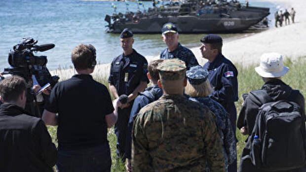 Вице-адмирал Джеймс Фогго и контр-адмирал Пэдди МакАльпин общаются с прессой, военные учения «Балтопс-2016»