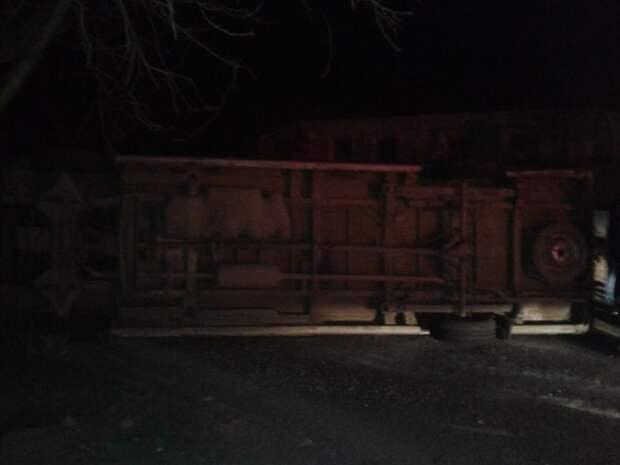 В Симферополе ДТП: микроавтобус перерыл дорогу и лёг отдохнуть (фото)